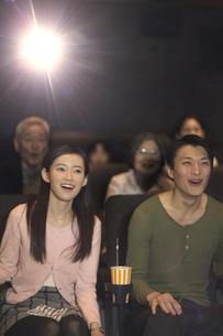 映画を観るカップルの写真素材 [FYI02971765]