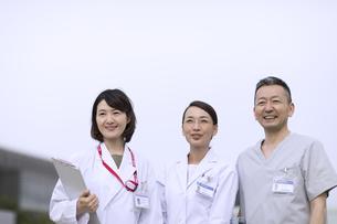 遠くを見つめる医師たちの写真素材 [FYI02971766]