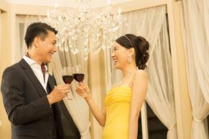 ワインで乾杯する男女の写真素材 [FYI02971767]