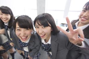 教室で笑う女子高校生たちの写真素材 [FYI02971769]