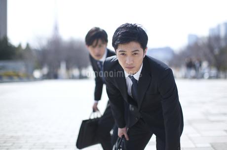 カバンを持って構えるビジネス男性2人の写真素材 [FYI02971770]
