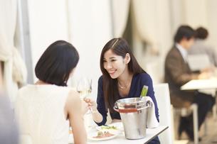 レストランでワインを手に語らう女性二人の写真素材 [FYI02971773]