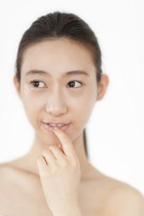 唇に指をあてる女性の写真素材 [FYI02971778]