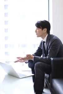 打ち合わせをするビジネス男性の横顔の写真素材 [FYI02971783]