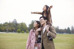 公園で肩車して遠くを見る家族の写真素材 [FYI02971820]