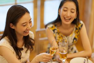 シャンパンで乾杯をする女性達の写真素材 [FYI02971842]