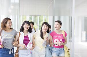 並んで歩く女子学生たちの写真素材 [FYI02971846]