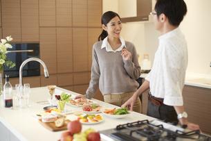 キッチンに立って笑い合う夫婦の写真素材 [FYI02971850]