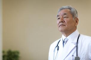 遠くを見て考える男性医師の写真素材 [FYI02971851]