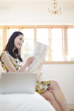 旅行の準備をする微笑む女性の写真素材 [FYI02971853]