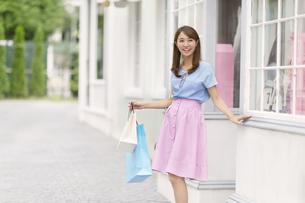 ウィンドウショッピングを楽しむ女性の写真素材 [FYI02971858]