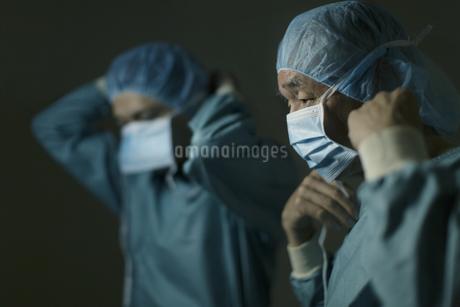 手術の準備をする男性医師たちの写真素材 [FYI02971859]
