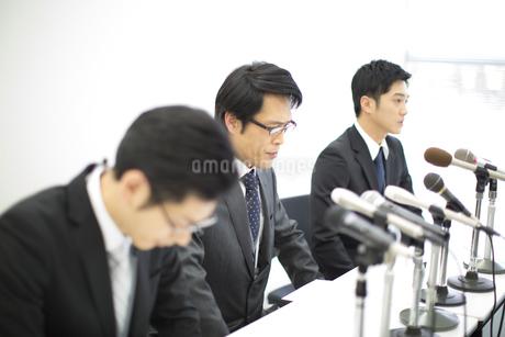 謝罪会見をするビジネス男性3人の写真素材 [FYI02971862]