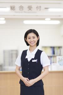 制服姿の女性の写真素材 [FYI02971865]
