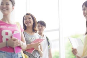 同じ方向を見て微笑む学生たちの写真素材 [FYI02971871]