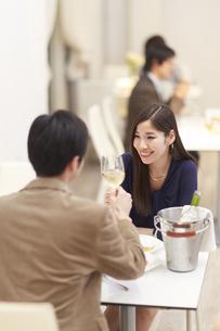 レストランでワインを手に乾杯するカップルの写真素材 [FYI02971872]