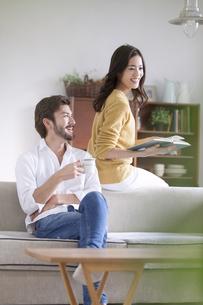 ソファーでくつろぐ男性と女性の写真素材 [FYI02971875]