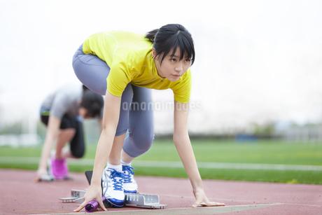 クラウチングスタートをする女子学生の写真素材 [FYI02971881]