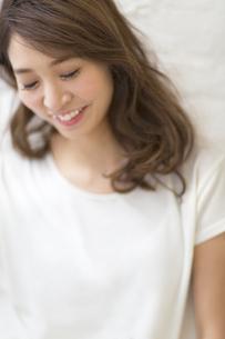 微笑む女性のポートレートの写真素材 [FYI02971882]