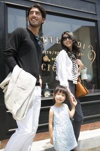 ウィンドウショッピングを楽しむ親子の写真素材 [FYI02971886]