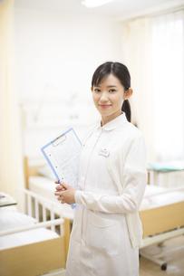 カルテを持って微笑む女性看護師の写真素材 [FYI02971894]