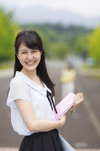 笑顔の女子学生のポートレートの写真素材 [FYI02971900]