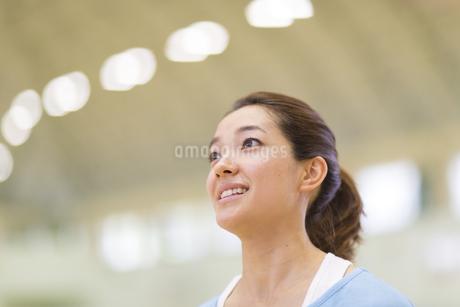 汗をかきながら前をみる若い女性の写真素材 [FYI02971906]
