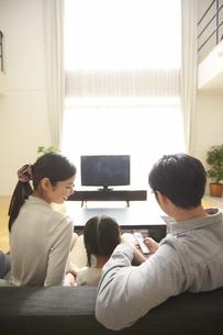 テレビを見る家族の後ろ姿の写真素材 [FYI02971907]