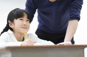 勉強をする女の子の写真素材 [FYI02971913]