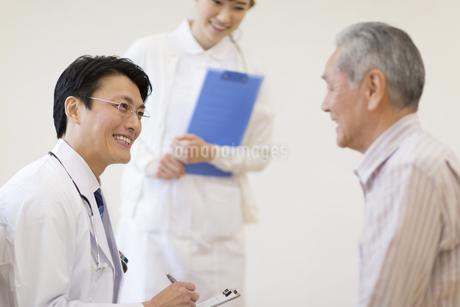患者に問診をする男性医師の写真素材 [FYI02971920]