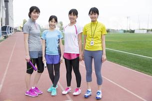 陸上競技場で微笑んでる女子学生たちのポートレートの写真素材 [FYI02971925]
