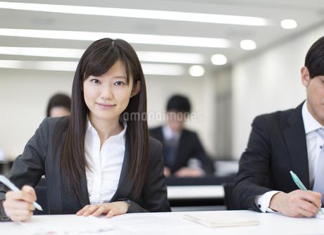 講義を受けるカメラ目線のビジネス女性の写真素材 [FYI02971930]