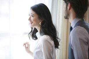 窓際で微笑む女性の横顔の写真素材 [FYI02971940]