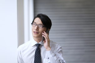 スマートフォンで通話するビジネス男性の写真素材 [FYI02971944]