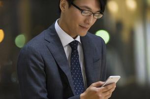 スマートフォンを見るビジネス男性の写真素材 [FYI02971956]