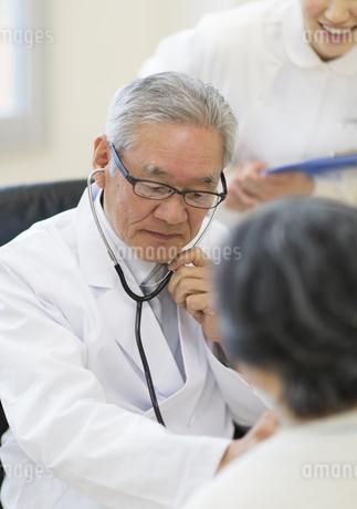 患者に聴診器をあてる男性医師の写真素材 [FYI02971959]