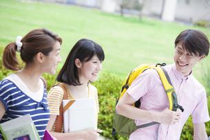 キャンパスで笑いながら歩く学生たちの写真素材 [FYI02971966]