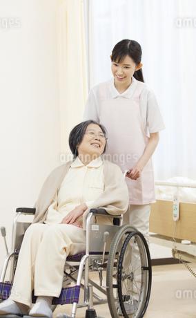 車椅子の患者を押す女性看護師の写真素材 [FYI02971973]
