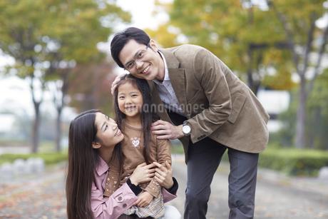 遊歩道で微笑む家族のスナップの写真素材 [FYI02971994]