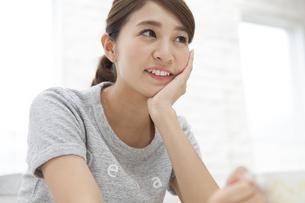 頬に手をあて遠くを眺める女性の写真素材 [FYI02971995]