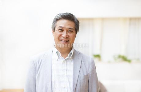 微笑むシニア男性の写真素材 [FYI02971996]