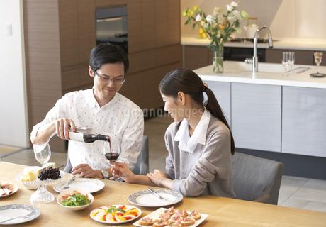 ワインを注ぐ男性とワイングラスを持つ女性の写真素材 [FYI02972021]