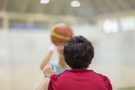 バスケットでディフェンスをする男性の後ろ姿の写真素材 [FYI02972026]
