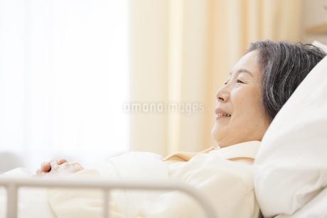 病室のベッドで横になる患者の写真素材 [FYI02972027]