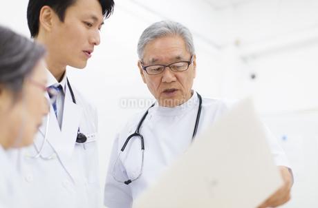 打合せをする医師たちの写真素材 [FYI02972036]
