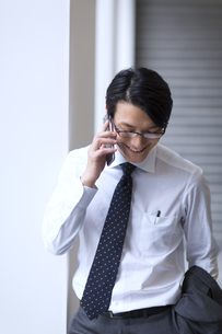 スマートフォンで通話するビジネス男性の写真素材 [FYI02972042]