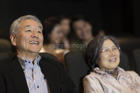 映画を観るシニア夫婦の写真素材 [FYI02972051]
