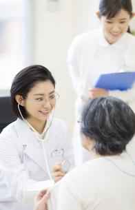 患者に聴診器をあてる女性医師の写真素材 [FYI02972054]