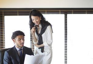 オフィスで打合せをするビジネス男性とビジネス女性の写真素材 [FYI02972055]