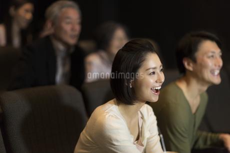映画を観る女性の写真素材 [FYI02972056]